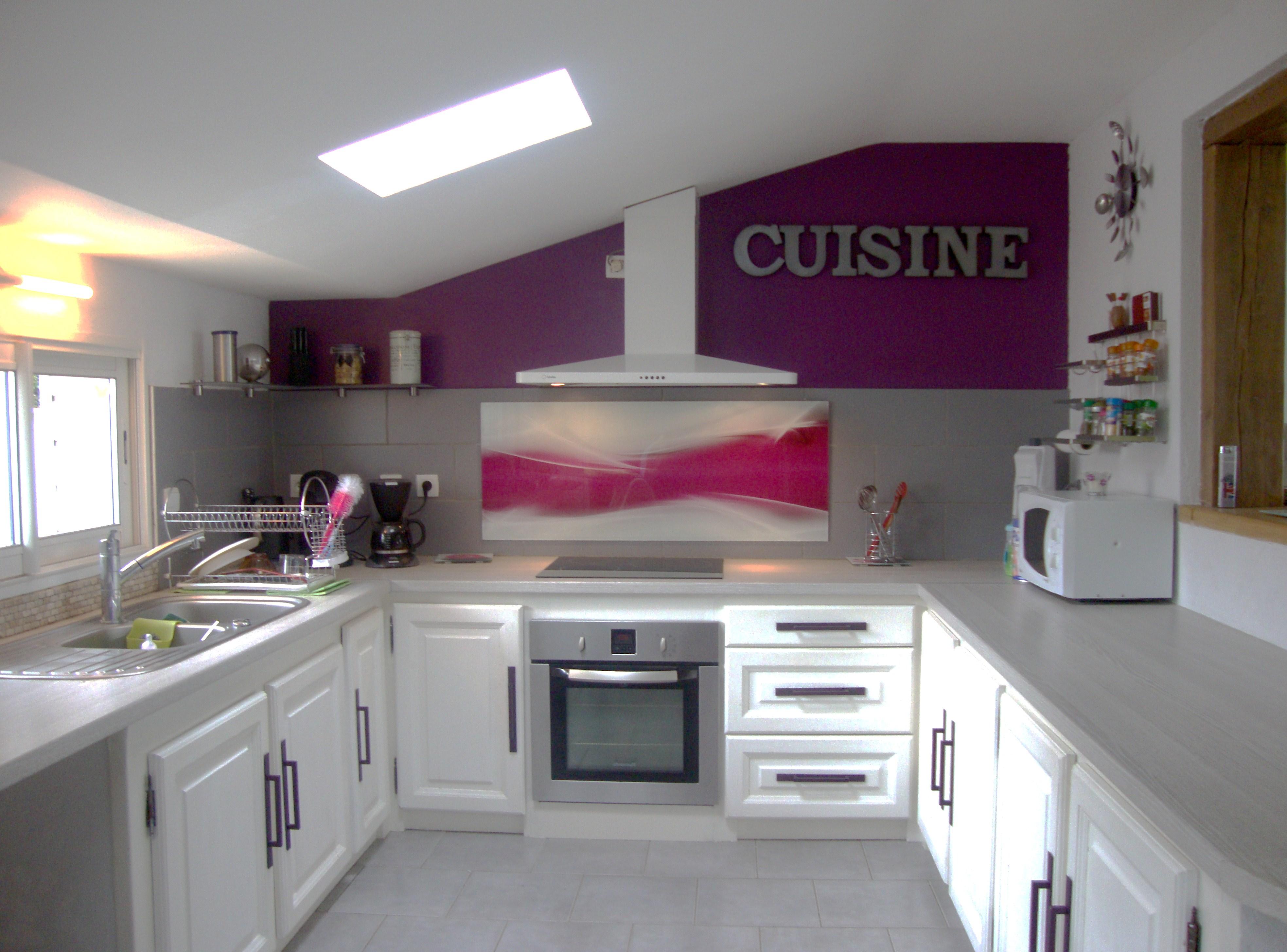 Deco cuisine gris et aubergine maison et mobilier - Deco mur cuisine moderne ...