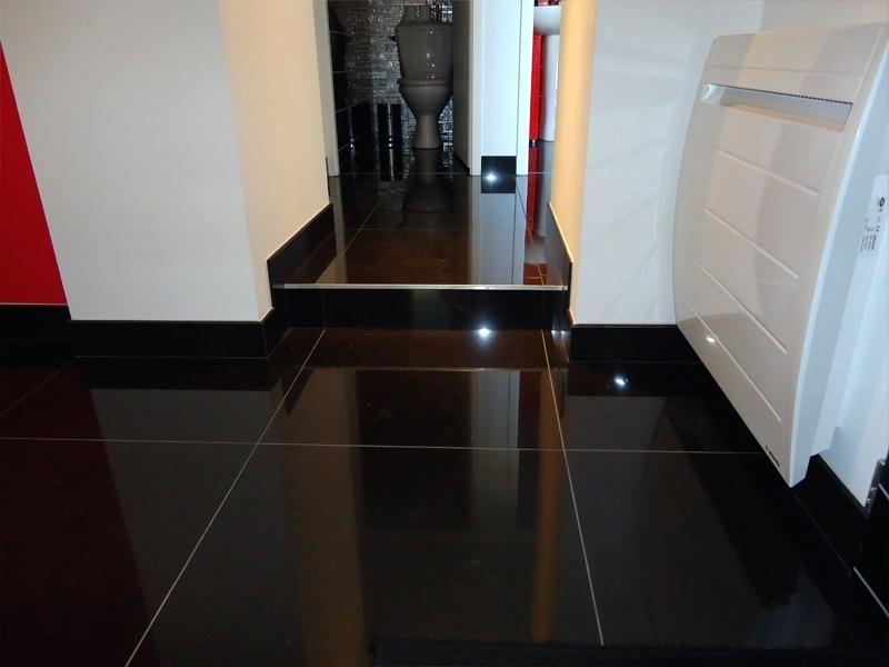 Carrelage noir brillant sol maison et - Carrelage noir brillant salle de bain ...