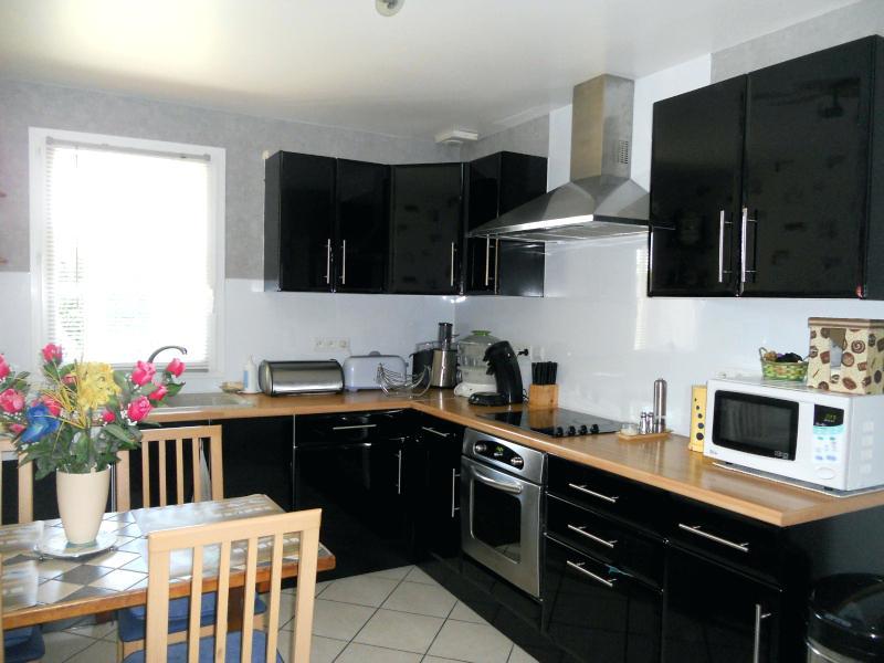 Modele cuisine bois et noir maison et mobilier - Modele de credence pour cuisine ...