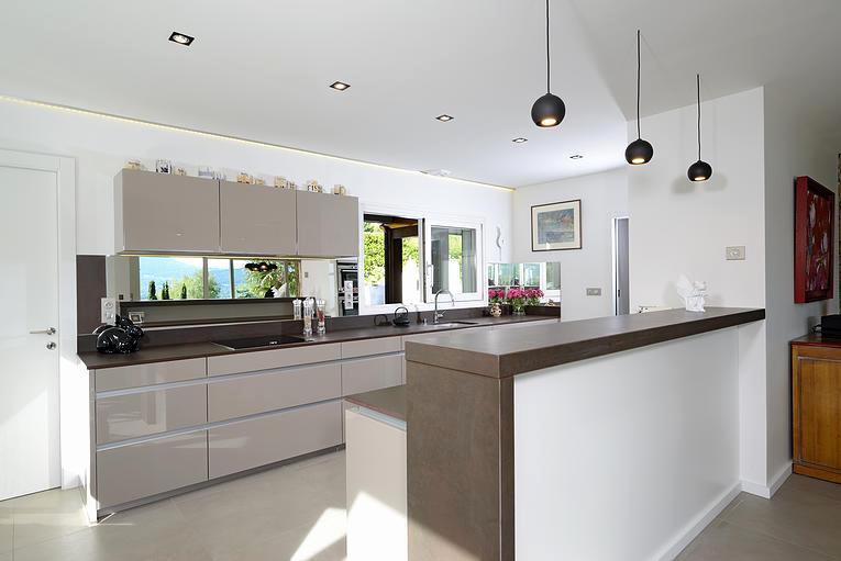 Modele de cuisine ouverte avec ilot maison et mobilier - Cuisine americaine blanche ...