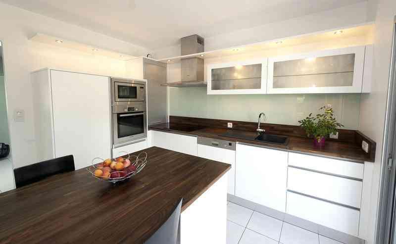 cuisine blanc laqu et plan de travail bois clair. Black Bedroom Furniture Sets. Home Design Ideas