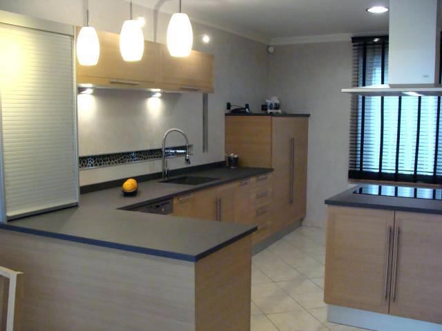 modele cuisine avec plan de travail maison et mobilier. Black Bedroom Furniture Sets. Home Design Ideas