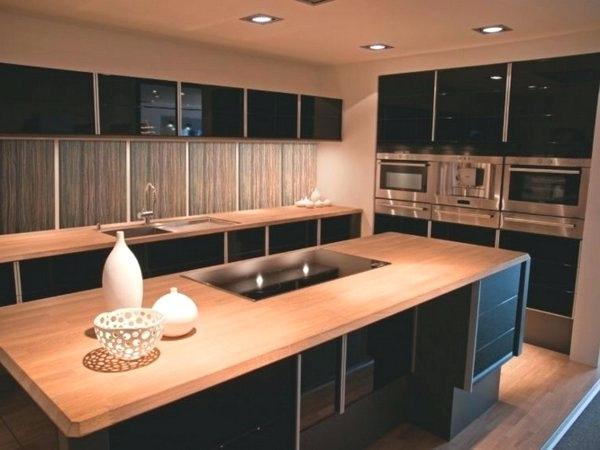cuisine en bois et plan de travail noir