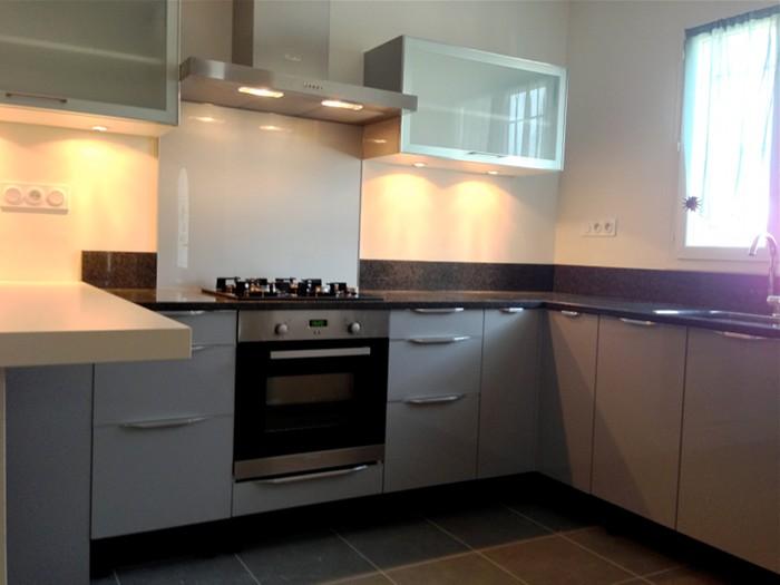 Plan travail cuisine noir maison et mobilier - Cuisine noire et grise ...