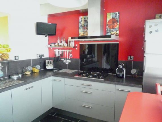 Deco cuisine mur rouge maison et mobilier - Cuisine rouge et beige ...
