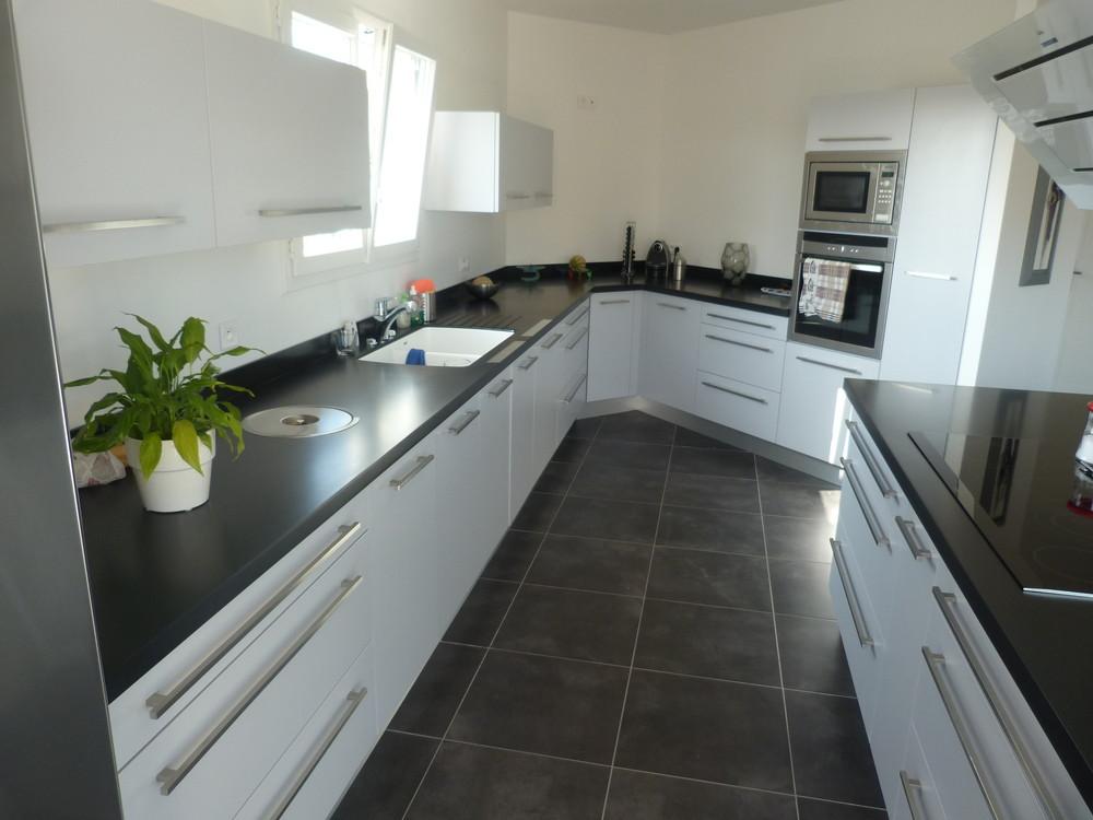 Cuisine blanche plan de travail ardoise maison et mobilier - Cuisine noir brillant ...