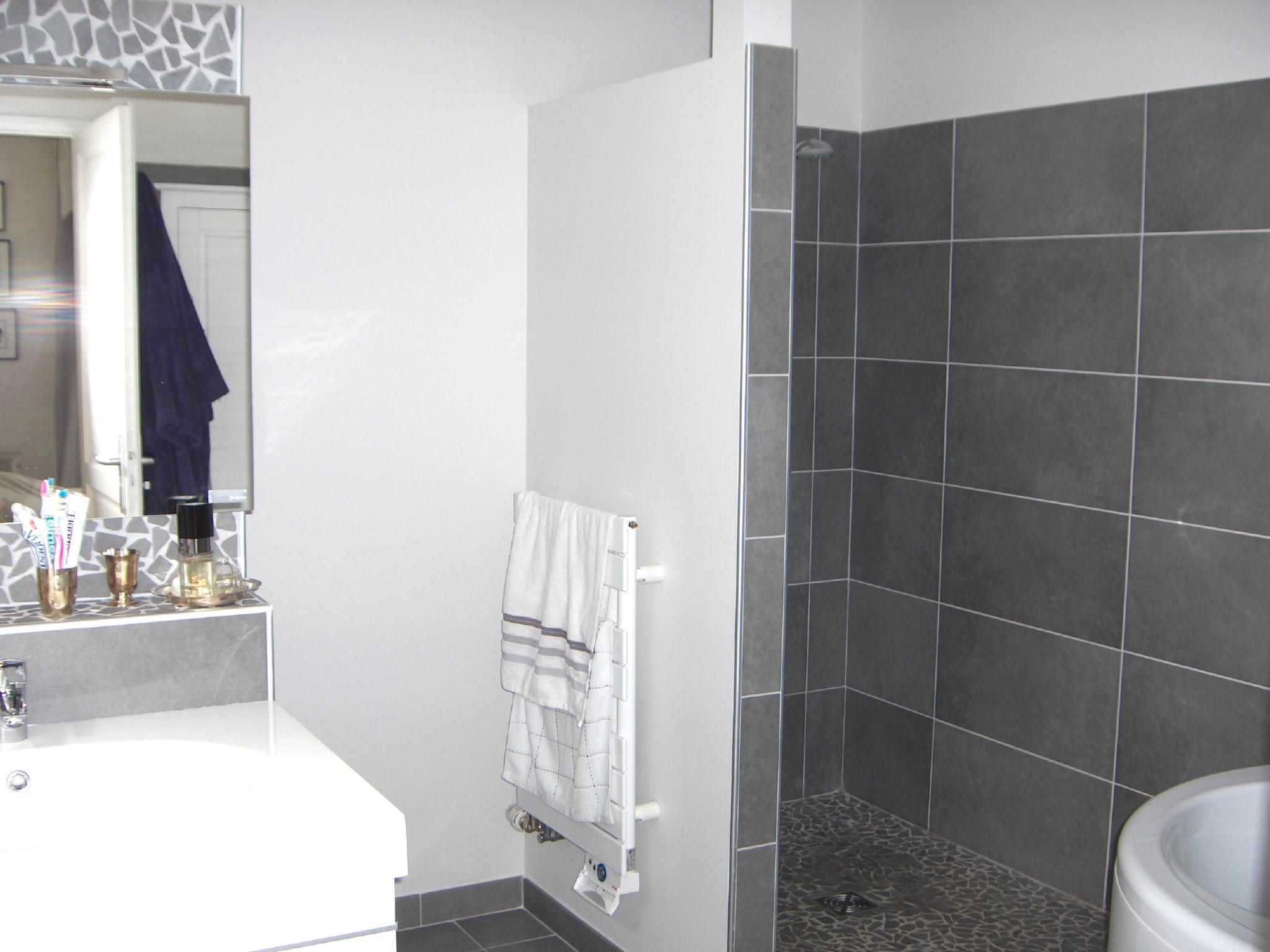 Carrelage blanc gris salle de bain - Atwebster.fr - Maison et mobilier