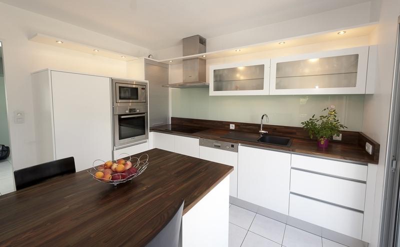 cuisine blanc et plan de travail marron. Black Bedroom Furniture Sets. Home Design Ideas