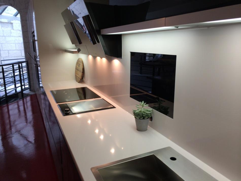 cuisine avec plan de travail en silestone. Black Bedroom Furniture Sets. Home Design Ideas