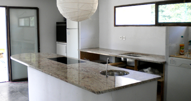 cuisine blanc avec plan de travail en granit atwebster. Black Bedroom Furniture Sets. Home Design Ideas