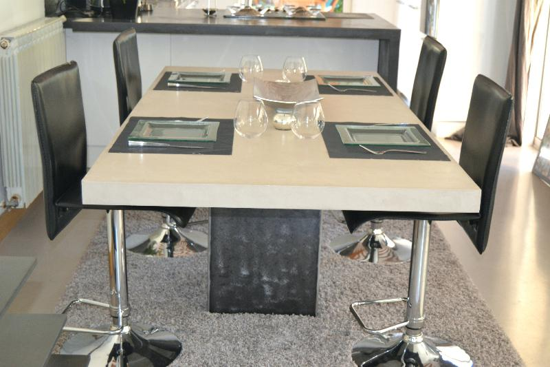 table de cuisine rectangulaire avec pied central. Black Bedroom Furniture Sets. Home Design Ideas