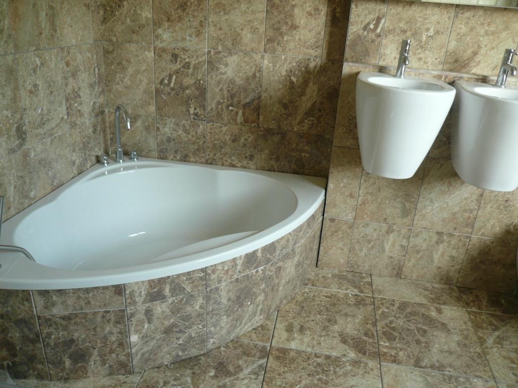 carreler une baignoire d 39 angle maison et. Black Bedroom Furniture Sets. Home Design Ideas